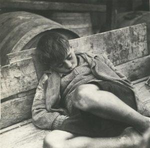 Bambino greco fotografato da Voula Papaioannou.
