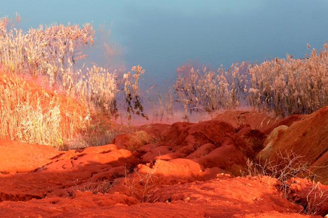 foto creativa, terra rossa nel lago.