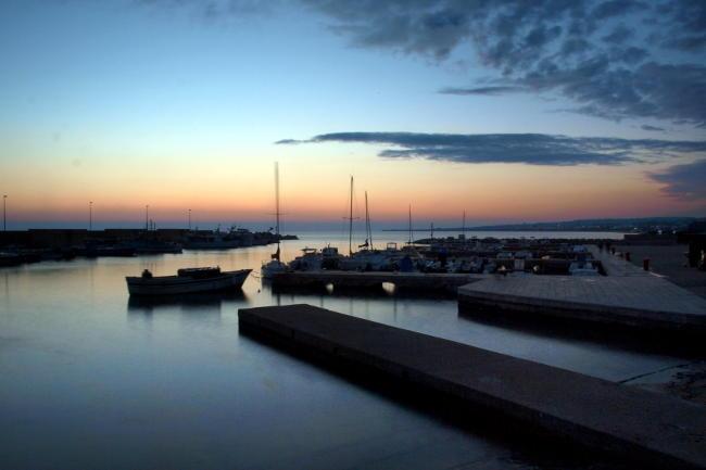 Crepuscolo nel porto, paesaggio marino.