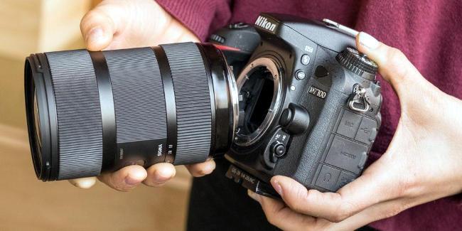 Acquistare una fotocamera Nikon reflex.