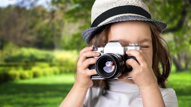 Bambina con macchina fotografica.