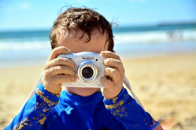 Bambino con fotocamera, insegnare la fotografia.