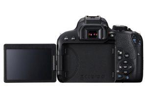 Il retro della Canon 800D con il display aperto.