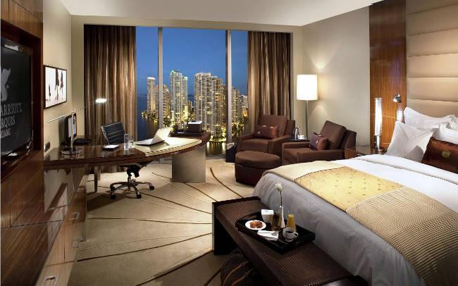 Foto d'interni della camera di un albergo.