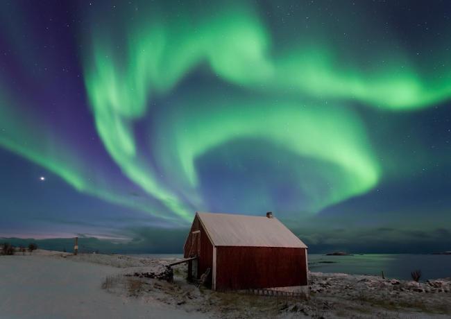 Paesaggio con aurora boreale.