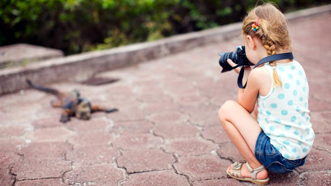 Bambino impara a fotografare.