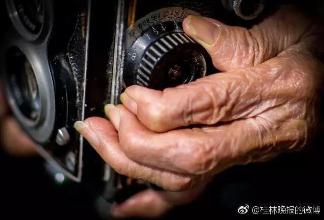 Li Yuzhen con la sua reflex biottica.