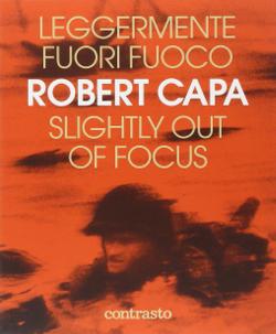 Libro di Robert Capa, leggermente fuori fuoco.