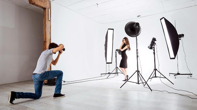 Foto in studio con luci e flash.