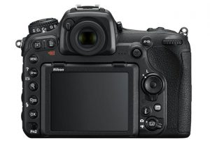 Il retro della Nikon D500, con il display, il mirino ed i pulsanti.