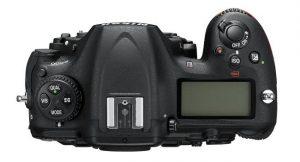 Parte superiore della Nikon D500 con ghiere e secondo display.
