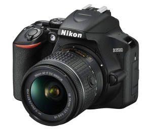 Fotocamera Nikon D3500 con obiettivo.