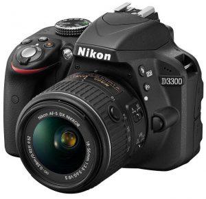 Fotocamera reflex Nikon con obiettivo 18-55 VR.