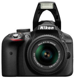 La Nikon d3300 con flash incorporato aperto.
