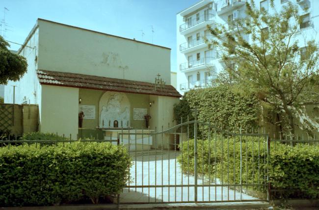 Fotografia analogica, cappella e paesaggio urbano.